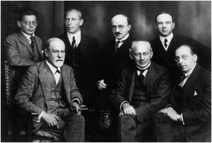תמונת מפגש של בכירי התנועה הפסיכואנליטית עם מורם פרויד ב1922, קארל אברהם עומד שני משמאל ואילו פרויד יושב ראשון משמאל